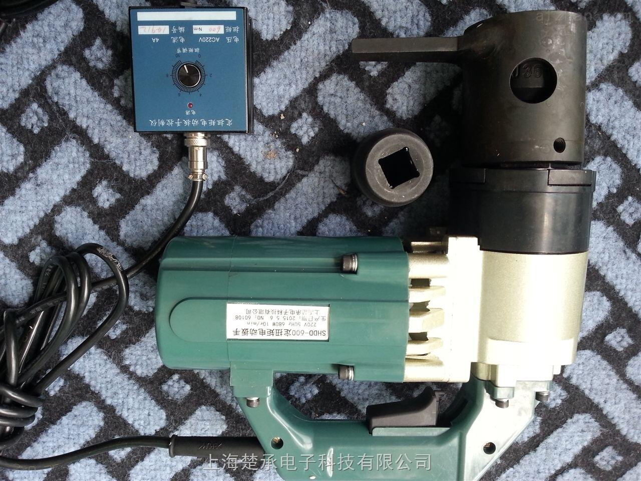 专业设计电动扭力扳手结构 产品介绍 楚承生产的电动定扭力扳手具有自动控制扭矩功能是装配螺纹件及螺栓的机械化施工工具。我司电动定扭力扳手广泛应用于栓焊结构桥梁的架设,厂房、塔架及化工、冶金、发电设备的安装。大型机械、起重设备和车辆装配作业以及对螺纹紧固件的扭矩及轴向拉力有严格要求的场合。 注意事项操作: (需特别注意) 1、接通电源前应先查看电源电压是否与本产品铭牌相符,是否有接地装置。当电源电压超出+10%时应采取稳压措施,否则会影响控制精度。接地不良易造成事故。 2、工具使用的环境温度为-10-