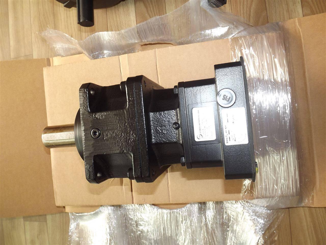 上海儒隆自动化科技有限公司供应德国STOBER电机、STOBER减速机、STOBER伺服电机、STOBER驱动器。联系电话:021-31001530。 STOBER(施托贝尔)成立于1934年,STOBER公司专门从事一般机械制造和摩托车发动机的修理。在未来的几年中,STOBER超大规模紧凑调速装置,可以独立适用于不同类型的机械生产。德国STOBER系列产品:运动控制,伺服控制、伺服电机、电源 、变速器 、三相电机。STOBER产品主要应用于机器人技术、材料处理、包装、机床、医疗设备、半导体制造、航空航