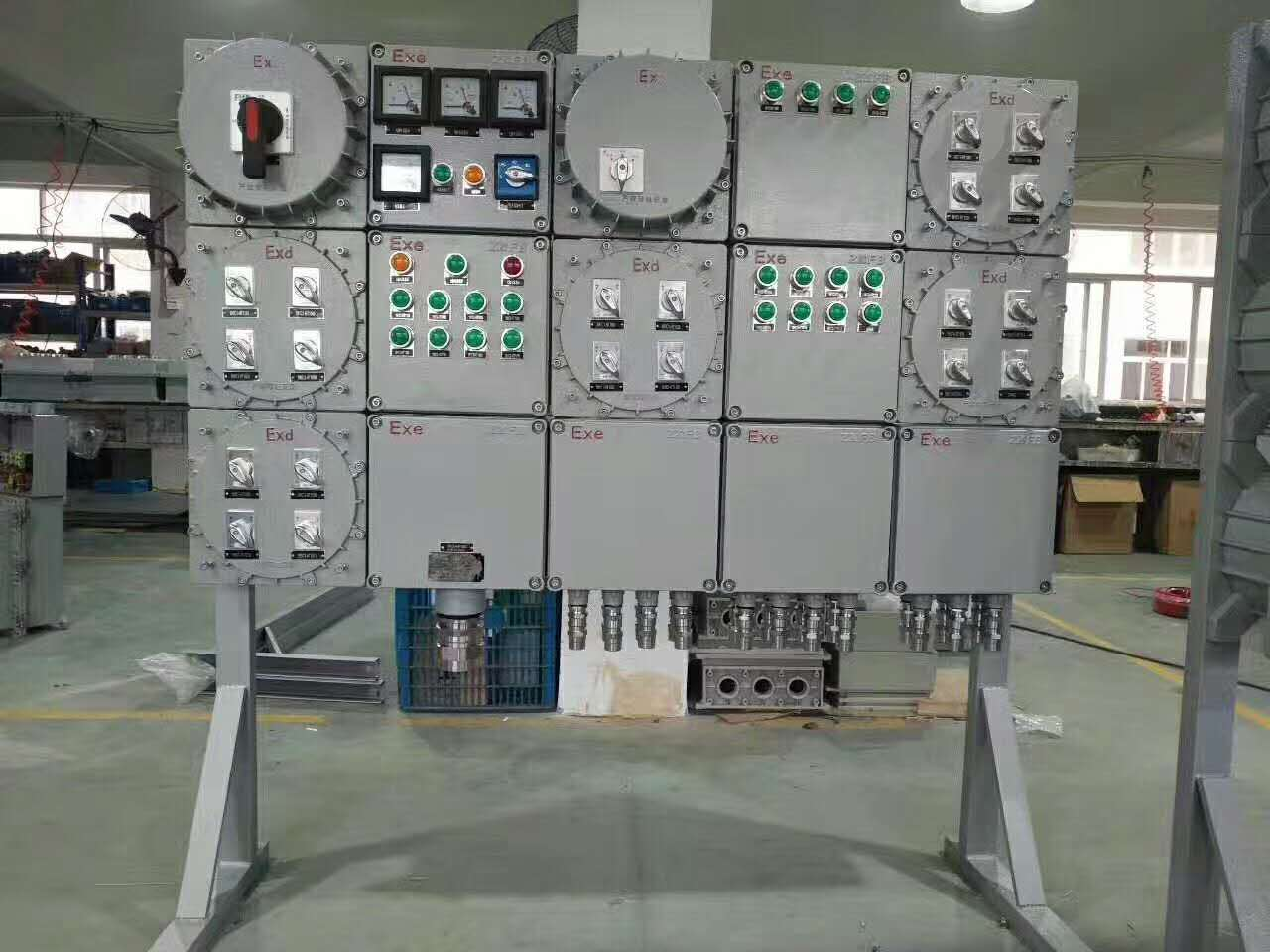 电路的通路和断开,每个断路器控制一个回路,防爆配电箱由隔爆和增安